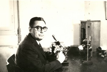 En el laboratorio. Hacia 1964.